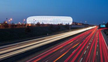 Allianz Arena (Múnich, Alemania). Es uno de los estadios más avanzados en términos tecnológicos. Con un costo de 350 millones de euros, fue inaugurado en 2005 y se destaca por los paneles luminosos de su exterior.
