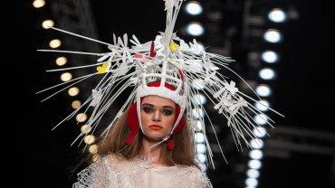 Una modelo luce un diseño del grupoContradiction durante la Semana de la Moda de Moscú