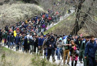Cientos de migrantes porcedentes del campamento de refugiados Idomeni tratan de encontrar una vía alternativa para cruzar la frontera entre Grecia y Macedonia