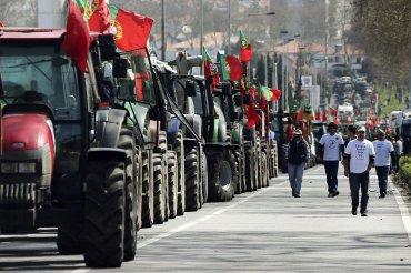 Agricultores portugeses se manifiestan con sus tractores en Oporto, Portugal