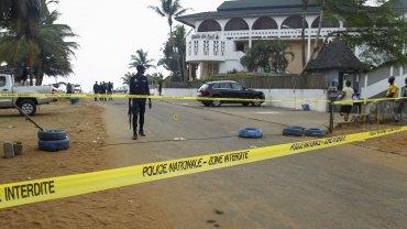 Vista del cordón policial en las inmediaciones del hortel Étoile du Sud en Grand Bassam, Costa de Marfil, donde Al Qaeda perpetró un ataque en el que murieron 16 personas