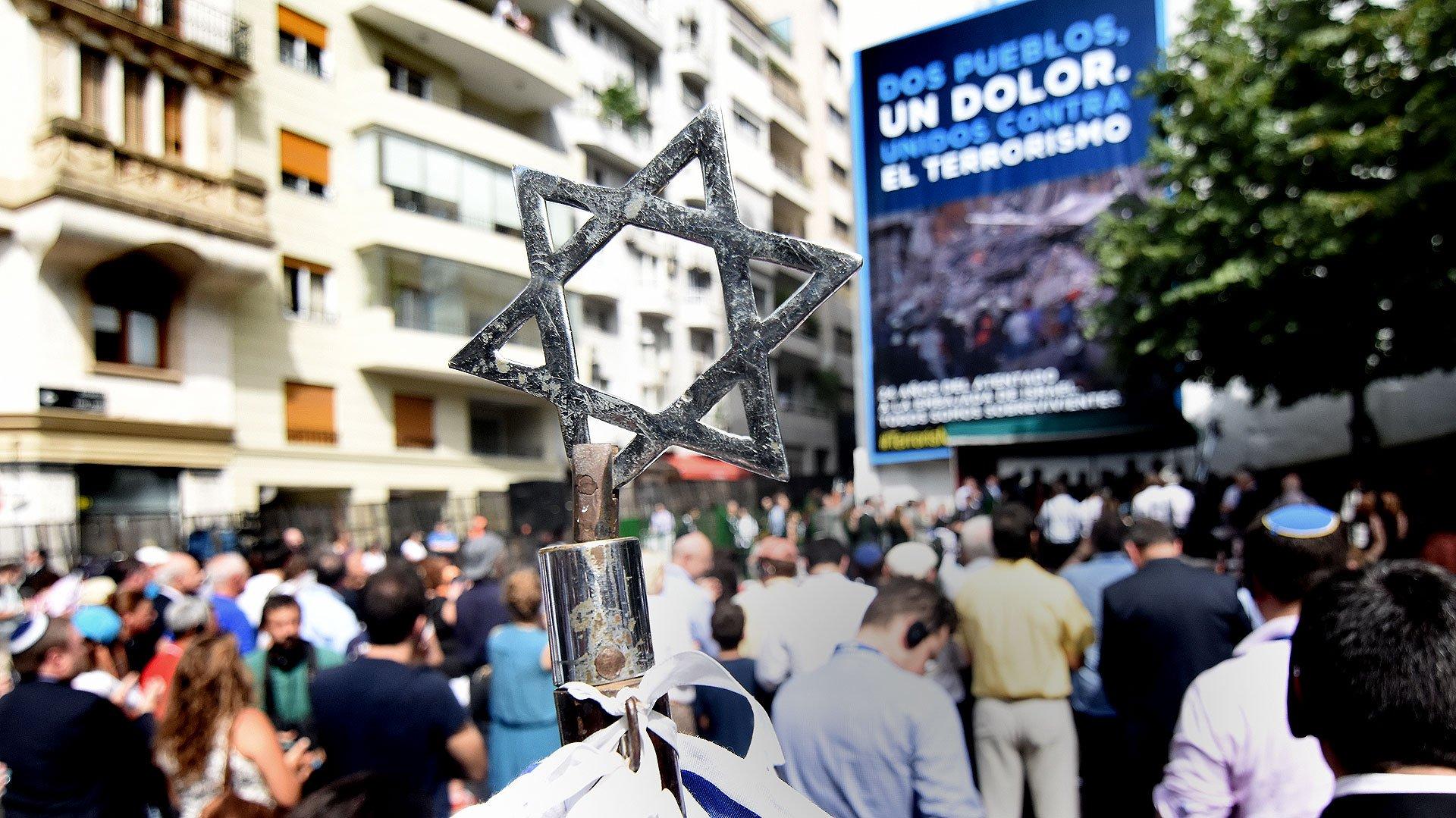 Bajo la consigna Dos pueblos un dolor, se realizó un acto en la plaza donde estaba ubicado el edificio de la Embajada de Israel