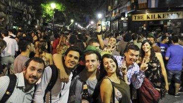 Cientos de jóvenes celebran el Día de San Patricio en las calles de Buenos Aires
