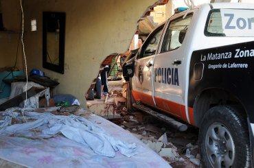La localidad de Laferrere se convirtió en un campo de batalla por la furia de un grupo de vecinos que esta mañana arremetió contra la Policía Bonaerense, luego de que un patrullero descontrolado se incrustara en una casa y provocara la muerte de una persona que dormía