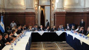 Gobernadores de diferentes provincias durante el plenario de comisiones de Presupuesto y Hacienda y Economía Nacional, en el Salón Azul del Congreso de la Nación