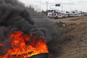 Obreros del gremio de la construcción (UOCRA) cortan la ruta nacional 3, a 10 km del centro de Río Gallegos, en protesta y solidaridad por la situación de los compañeros en Rio Turbio