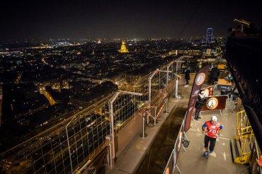 Un corredor compite en la Carrera Vertical en la Torre Eiffel, en París, Francia. La competencia consiste en llegar a la cima de la Torre Eiffel y cuenta con la participación de más de 50 atletas