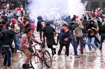 Manifestantes son dispersados durante una marcha en el marco de una huelga nacional, en Bogotá, Colombia