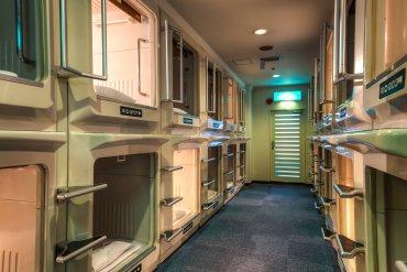 Capsule Inn, Osaka, Japón:la habitación es un bloque modular de 2 metros de longitud, 1 metro de alto y 1,25 metro de ancho, con suficiente espacio como para dormir, con TV, cama y conexión a internet