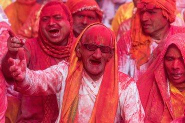 Personas de todas las edades se enfrentan en las calles, hasta que una capa de color apenas les permite ser reconocidos