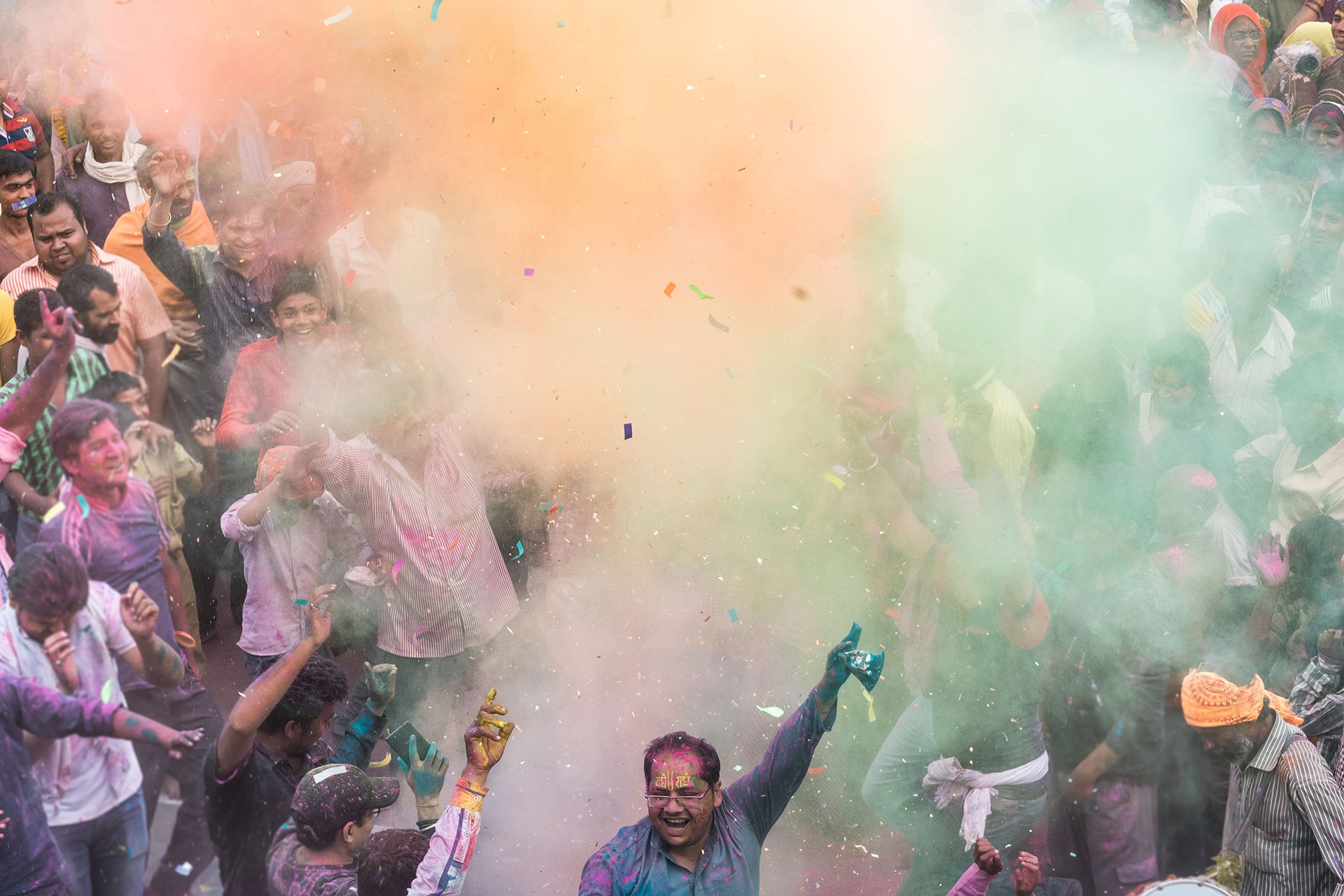 Los aldeanos festejan en el templo Radha Rani en Barsana, a unos 130 kilómetros de Nueva Delhi