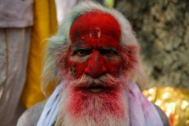 Un juerguista indio cubierto en polvo de colores