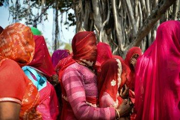 Las mujeres indias hacen cola para entrar en el templo