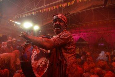 Un hombre tocando el tambor durante los festejos