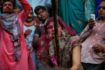 Las mujeres golpean a los hombres durante el festival