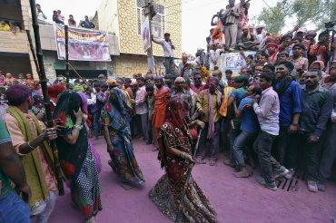 En muchas partes del país aún no está permitida la participación de las viudas en el festival holi ni en otros parecidos