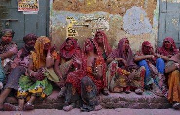 Mujeres indias viudas se impregnan de polvos de colores