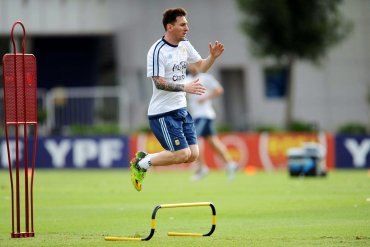 La novedad estuvo relacionada al retorno de Lionel Messi quien había sido descartado en las primeras cuatro fechas como consecuencia de una lesión en la rodilla