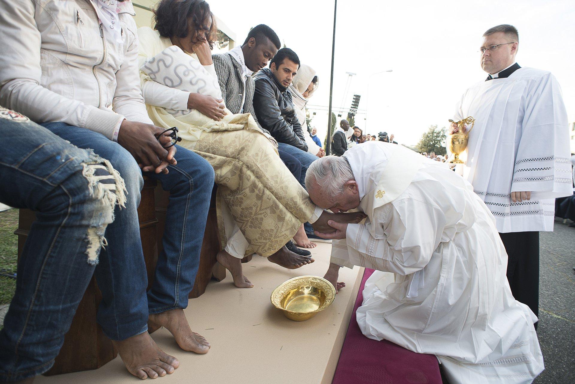El Papa Francisco lavó y besó ellos pies de refugiados, entre ellos tres hombresmusulmanes.