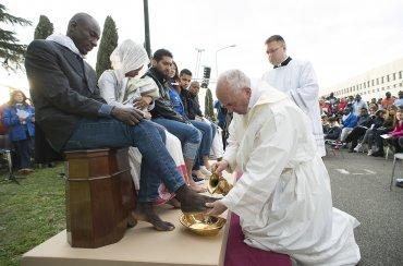 El Papa hizo los comentarios en un tradicional ritual previoa la Pascua en el que lavó y besó los pies de 12 personas, 11 deellas refugiadas.
