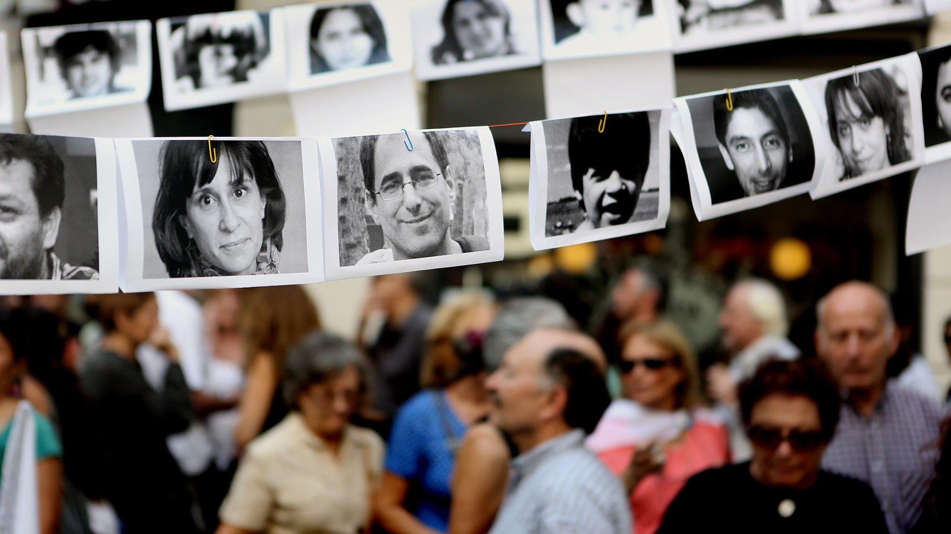 Multitudinaria marcha a Plaza de Mayo por los 40 años del golpe