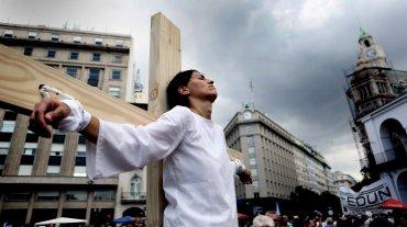 Hace diez años, durante la presidencia de Néstor Kirchner se instauró el 24 de marzo como feriado nacional inamovible por el Día de la Memoria, por la Verdad y la Justicia y desde entonces se realizan dos movilizaciones con sus respectivos actos frente a la Casa Rosada