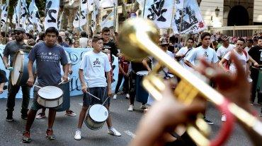 Organizaciones de derechos humanos, políticas y civiles marchan a la Plaza de Mayo en dos movilizaciones distintas para conmemorar el 40° aniversario del último golpe de Estado