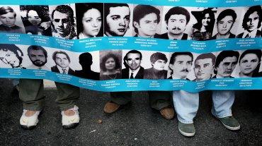 Con la emblemática bandera de los 30 mil desaparecidos, en primer turno lo hicieron desde Avenida de Mayo y 9 de Julio los organismos como Abuelas de Plaza de Mayo, Asociación Madres de Plaza de Mayo, HIJOS, y fuerzas del kirchnerismo