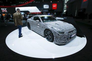 Un hombre observa el nuevo Nissan GT-R Nismo