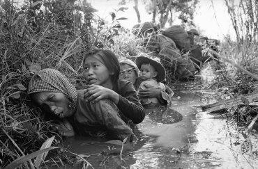 Mujeres y niños se protegen delVietcong en Bao Trai, a unas 20 millas al oeste de Saigón, Vietnam, el 1 de enero, 1966