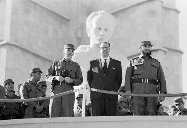 Fidel y Raul Castro durante una celebración del 7º aniversario de la caída del régimen de Batista, 2 de enero de 1966, en La Habana