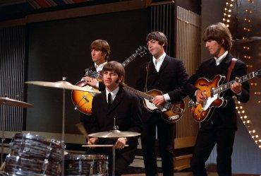 Los Beatles posan juntos antes de su actuación en un estudio de televisión en Londres, Inglaterra
