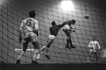 El encuentro entre Manchester United y Benfica Gregg en el partido de ida de cuartos de final de la Copa de Europa, en Old Trafford, Manchester, Inglaterra, el 2 de febrero, 1966
