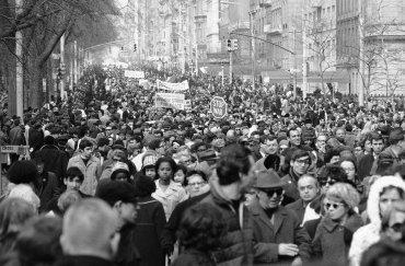Entre 30.000 y 35.000 manifestantes desfilaron por la Quinta Avenida de Nueva York el 26 de marzo de 1966, para exigir un alto a la participación estadounidense en Vietnam