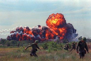 Una bomba de napalm estalla en una bola de fuego cerca de las tropas estadounidenses, en Vietnam del Sur en 1966