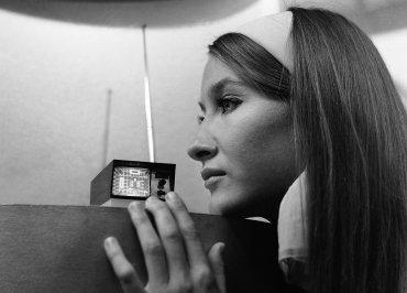 Un televisor de bolsillo diseñado por Clive Sinclair, en Earls Court, Londres, el 1 de septiembre de 1966