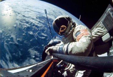 El astronauta Edwin E. Aldrin., Jr., piloto del vuelo espacial Gemini 12, realiza una caminata espacial, el 11 de noviembre., 1966
