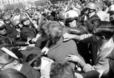 Protestas en contra del líder nazi estadounidense George Lincoln Rockwell,el 22 de octubre de 1966, en San Francisco