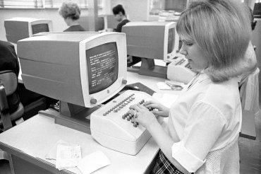 Cindy Frink, una operadora de datos del Departamento de Vehículos Motorizados de California, en Sacramento, California, el 20 de octubre de 1966