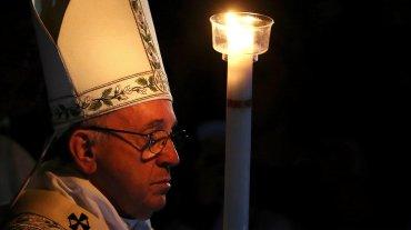 Los fieles que fueron bautizados por el papa Francisco este sábado en la Basílica de San Pedro