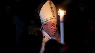 El rito comienza con la bendición del fuego, el pontífice incide con un punzón en el Cirio Pascual que lleva una cruz con la primera y última letra del alfabeto griego (alfa y omega) y las cifras del año en curso.