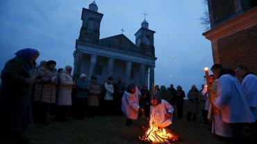 El rito comienza con la bendición del fuego