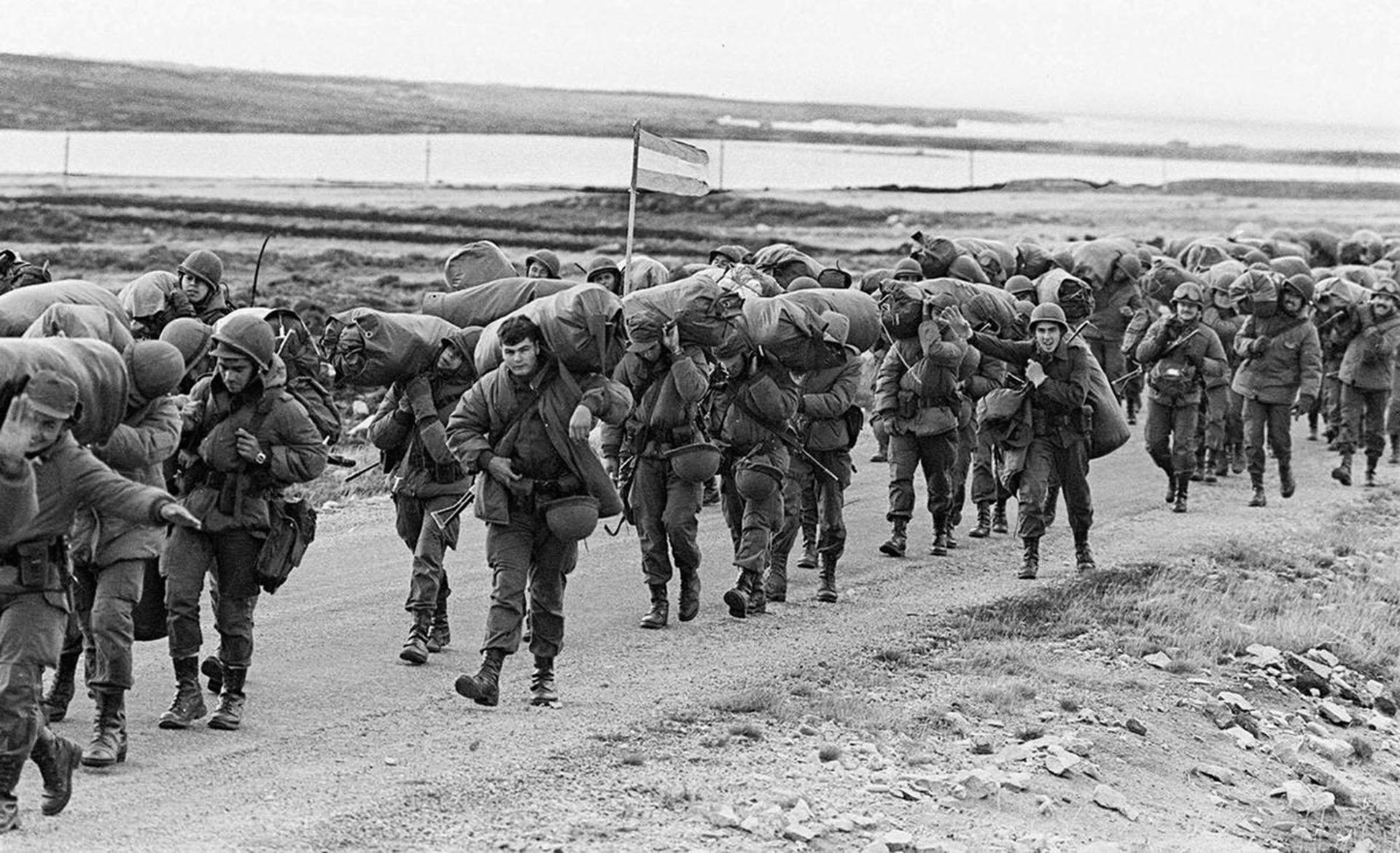 El  14 de junio de 1982, las fuerzas argentinas se retiraron de las Islas  Malvinas después de haber sido derrotadas por las tropas británicas