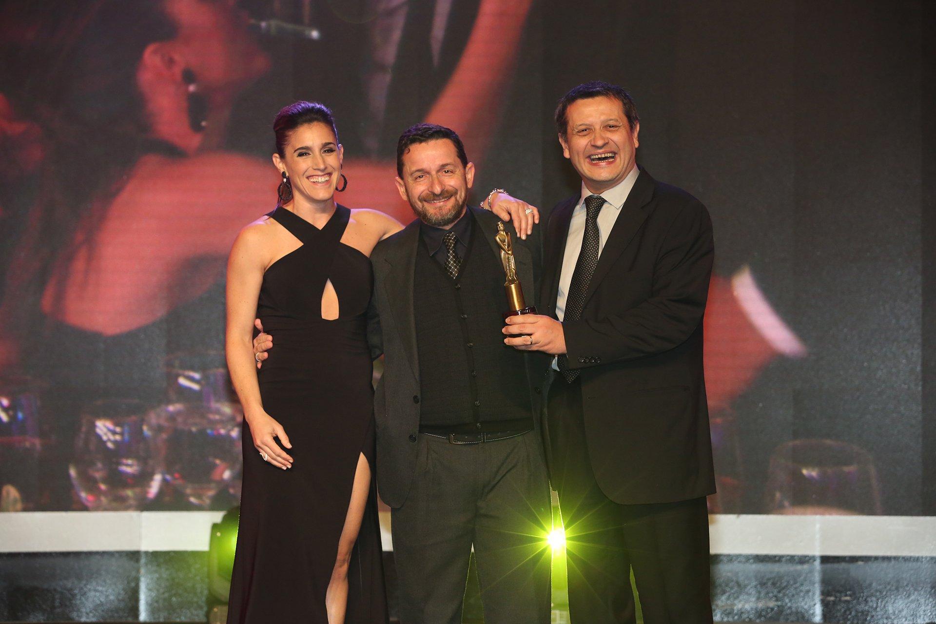 Soledad Pastorutti, junto al equipo de Ecos de mi tierra (TV Pública), tras recibir el Martín Fierro 2016.