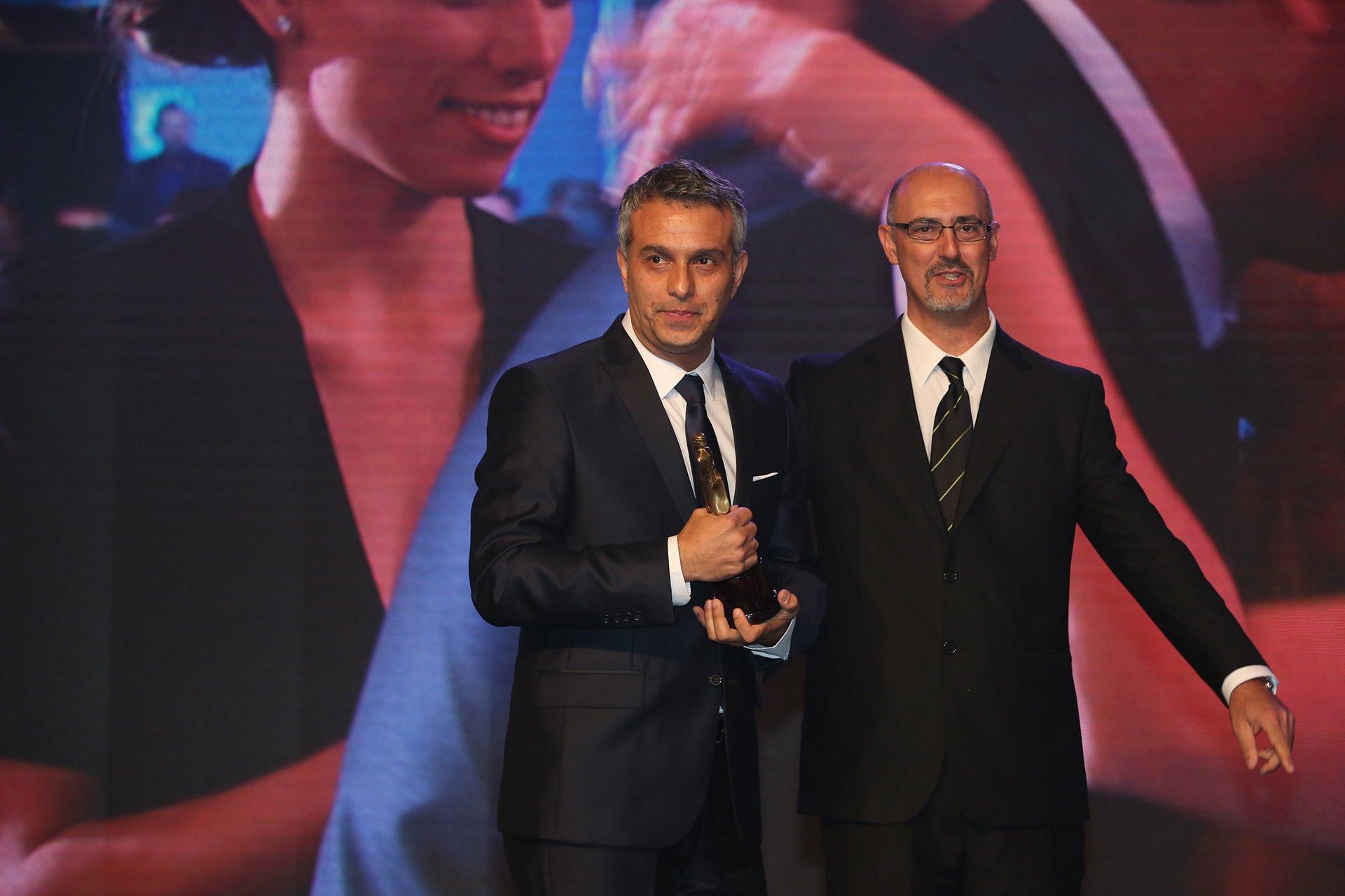 El periodista Mario Massacceci, de la señal Todo Noticias y de Canal 13, al recibir su premio Martín Fierro 2016, en la categoría Movilero.