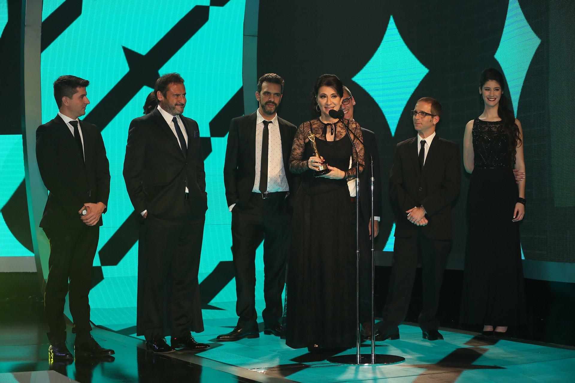 Telenoche, otra vez, ganó el Martín Fierro 2016 como Mejor Noticiero. La periodista María Laura Santillán encabeza los agradecimientos por el premio.