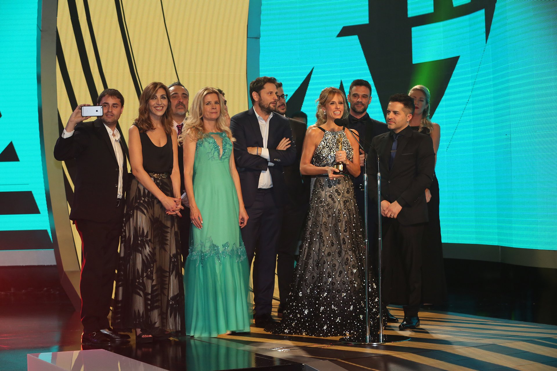 Mariana Fabbiani y todo su equipo del Diario de Mariana, que ganaron en la categoría Magazine.