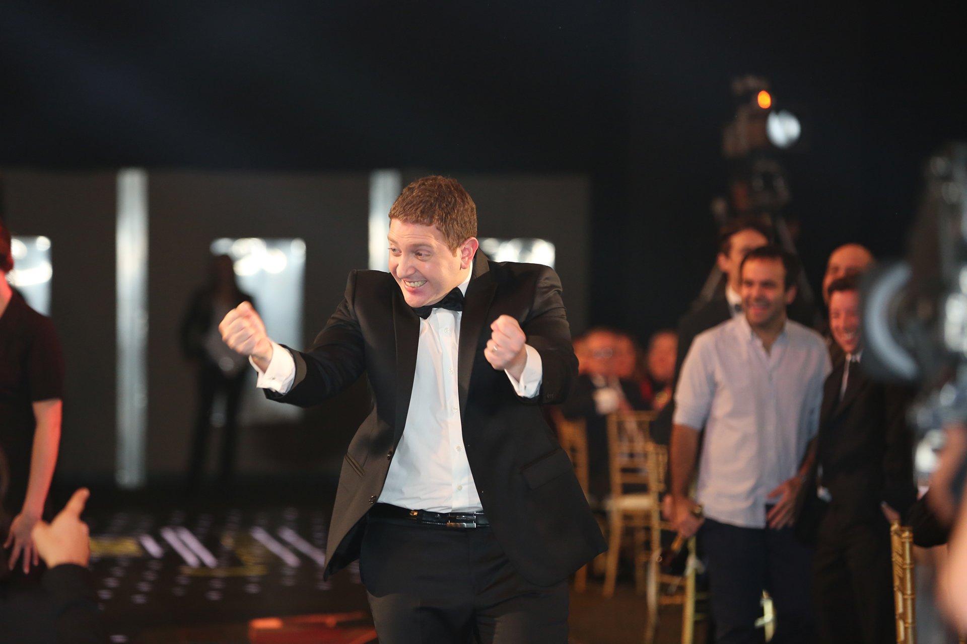 Jonatan Viale festeja tras ser anunciado ganador del Martín Fierro 2016 en la categoría Panelista.