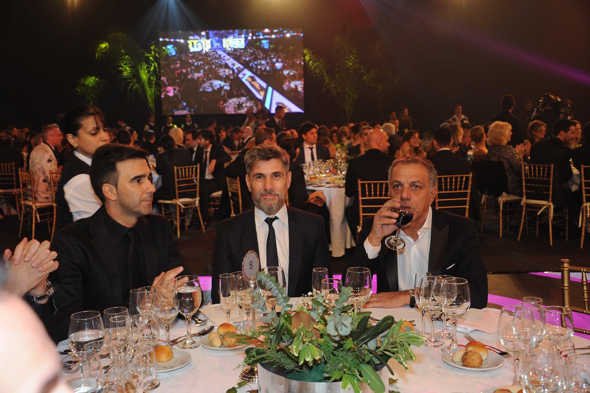 Federico Hope, Pablo Chato Prada y Claudio Salomone, parte del equipo de ShowMatch, en la noche de los Martín Fierro 2016