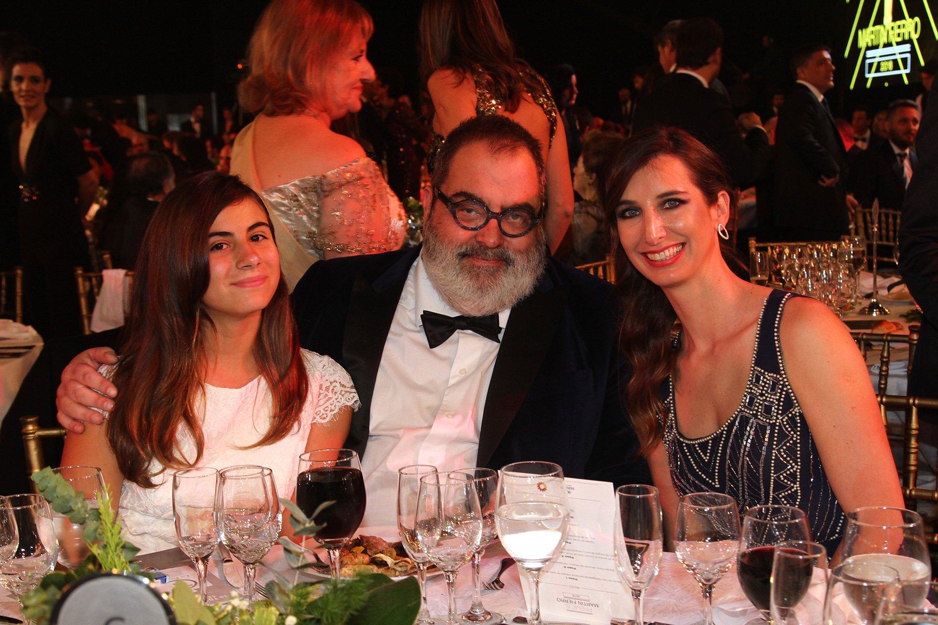 El periodista Jorge Lanata junto a sus hijas Bárbara y Lola, en la noche de los Martín Fierro, donde fue el ganador del Oro.